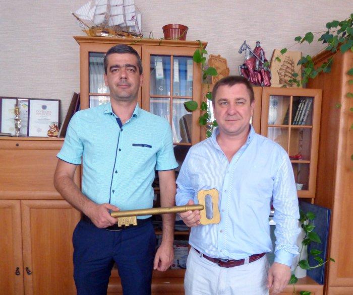 Роман Кацмаза та Олександр Бурлака з символічним ключем від лікарняного комплексу 30-річної давнини
